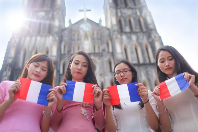 Sinh viên Thủ đô chụp ảnh kỷ yếu cầu nguyện cho Paris - 5