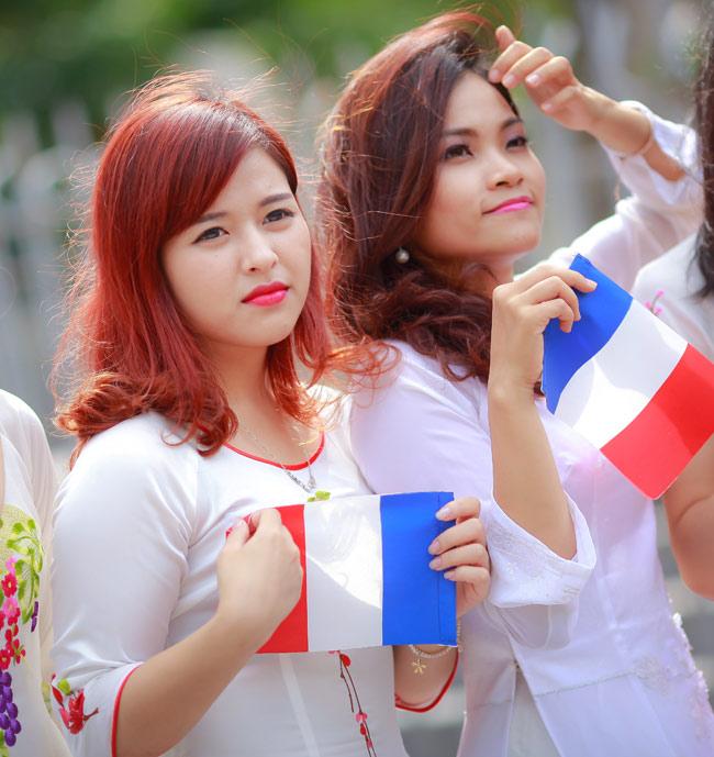 Sinh viên Thủ đô chụp ảnh kỷ yếu cầu nguyện cho Paris - 8