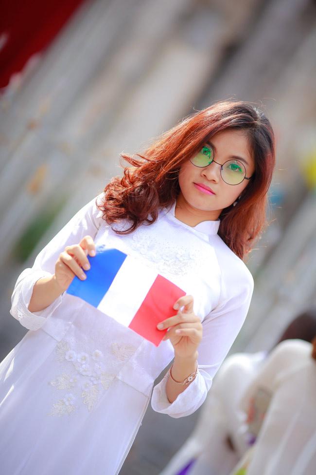 Sinh viên Thủ đô chụp ảnh kỷ yếu cầu nguyện cho Paris - 9