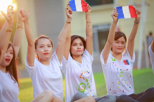 Sinh viên Thủ đô chụp ảnh kỷ yếu cầu nguyện cho Paris - 11