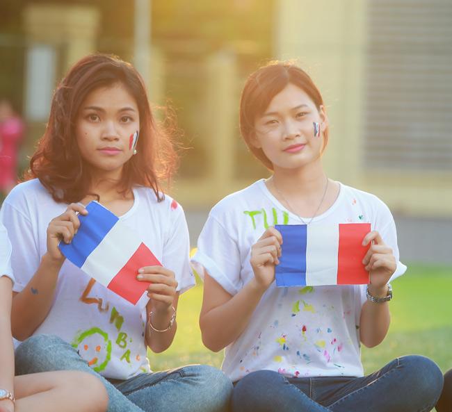 Sinh viên Thủ đô chụp ảnh kỷ yếu cầu nguyện cho Paris - 10