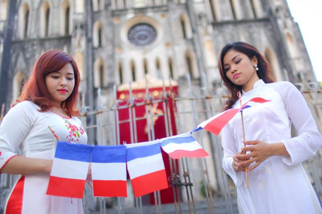 Sinh viên Thủ đô chụp ảnh kỷ yếu cầu nguyện cho Paris - 4