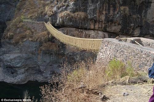 Hết hồn với cây cầu bắc ngang sông sâu làm từ… cỏ - 4