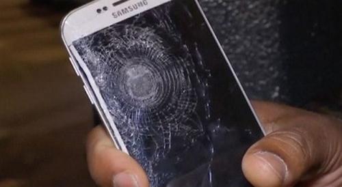 Galaxy S6 Edge cứu sống 1 người trong vụ khủng bố tại Paris - 2