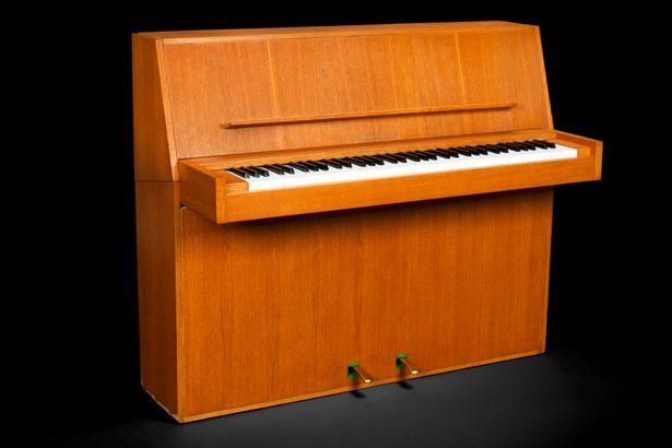 Bán đấu giá 43.000 USD cây đàn piano của ABBA - 1