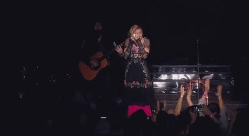 Madonna rơi nước mắt trước thảm kịch tại Paris - 1