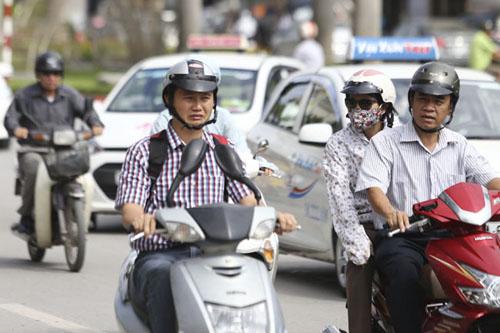 Người Hà Nội nhăn mặt vì nắng nóng ngày đầu đông - 3
