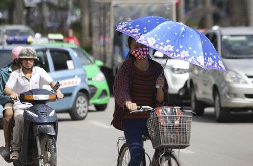 Người Hà Nội nhăn mặt vì nắng nóng ngày đầu đông - 4