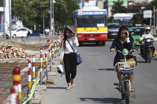 Người Hà Nội nhăn mặt vì nắng nóng ngày đầu đông - 8