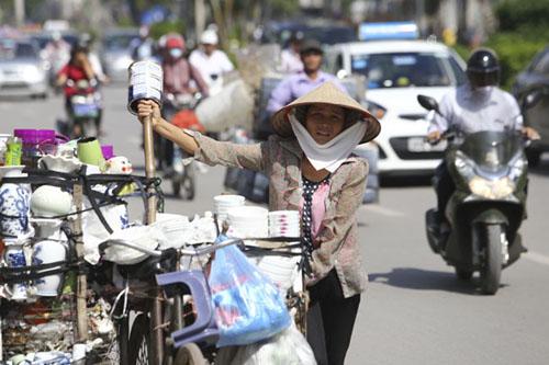 Người Hà Nội nhăn mặt vì nắng nóng ngày đầu đông - 10