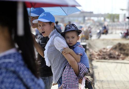 Người Hà Nội nhăn mặt vì nắng nóng ngày đầu đông - 14