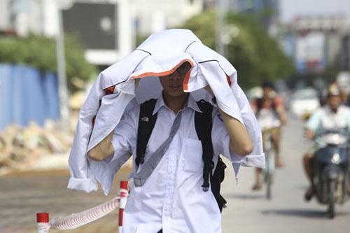Người Hà Nội nhăn mặt vì nắng nóng ngày đầu đông - 9