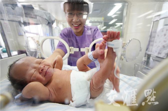 Hình ảnh hai ông bố ôm con sinh non cho bú gây xúc động - 8