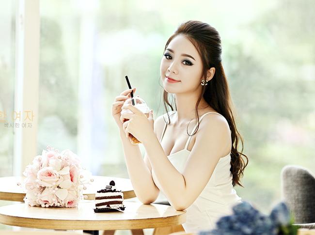 Quỳnh Kool (Quỳnh Nguyễn), nữ sinh trường Đại học Sân khấu Điện ảnh Hà Nội sở hữu gương mặt xinh đẹp như ca sỹ Minh Hằng.