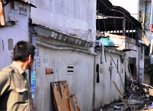 TPHCM: Xưởng dệt bốc cháy, 5 người thương vong - 1