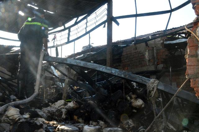 TPHCM: Xưởng dệt bốc cháy, 5 người thương vong - 3