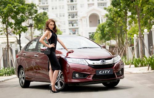 Giải đồng Siêu mẫu Việt Nam gợi cảm bên Honda City 2016 - 1
