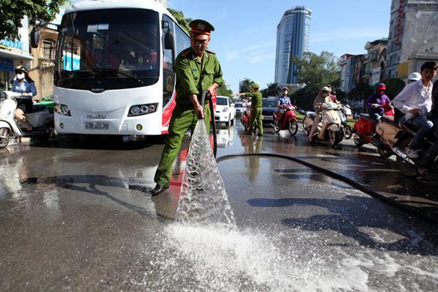 """Xe máy """"vồ ếch"""" trên đường """"đẹp nhất Thủ đô"""" vì bùn dầu - 14"""