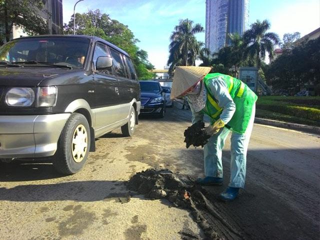 """Xe máy """"vồ ếch"""" trên đường """"đẹp nhất Thủ đô"""" vì bùn dầu - 2"""