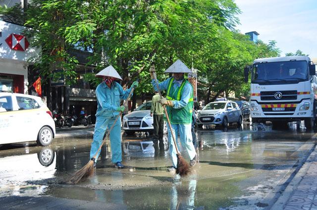 """Xe máy """"vồ ếch"""" trên đường """"đẹp nhất Thủ đô"""" vì bùn dầu - 9"""