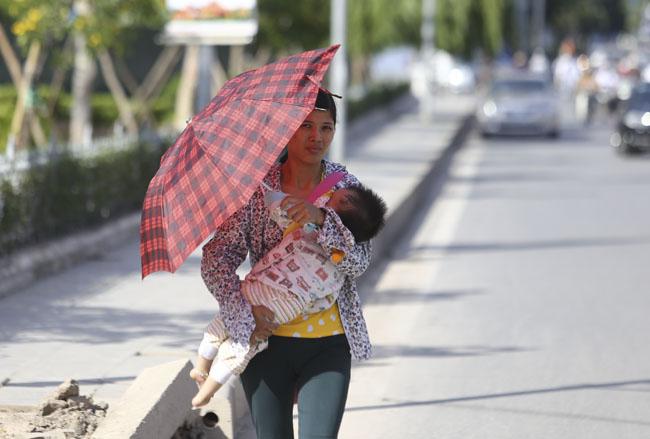 Ảnh: Dân HN trốn nắng gần 38 độ C bất thường đầu đông - 5