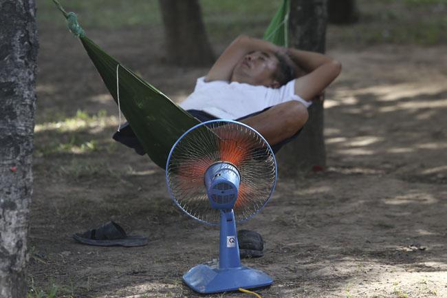 Ảnh: Dân HN trốn nắng gần 38 độ C bất thường đầu đông - 6