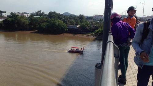 Dừng xe giữa cầu, cô gái trẻ bất ngờ nhảy xuống sông - 1