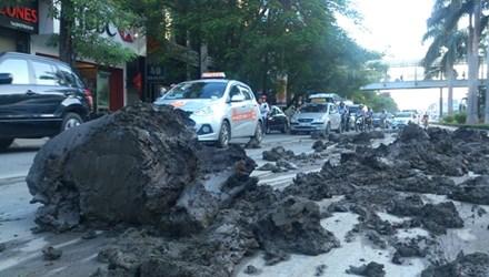 HN: Truy ra thủ phạm đổ bùn ngập đường Trần Duy Hưng - 1