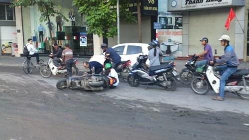 HN: Truy ra thủ phạm đổ bùn ngập đường Trần Duy Hưng - 2