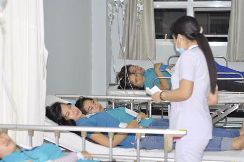 Hàng trăm công nhân nhập viện sau bữa cơm chiều - 1