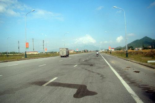 Huyện nghèo bỏ 240 tỷ làm đường 10 làn xe... để ngắm? - 1