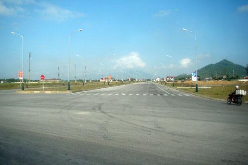 Huyện nghèo bỏ 240 tỷ làm đường 10 làn xe... để ngắm? - 2