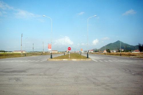 Huyện nghèo bỏ 240 tỷ làm đường 10 làn xe... để ngắm? - 3