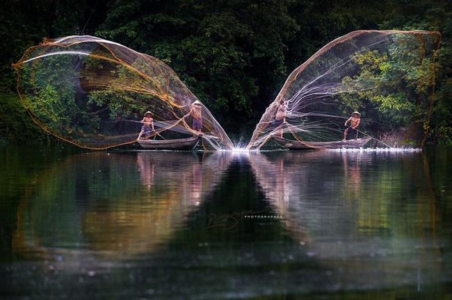 Nguyễn Vũ Phước là một trong những nhiếp ảnh gia được yêu thích tại Việt Nam. Những bộ ảnh của ông bao gồm nhiều thể loại khác nhau, từ du lịch, tư liệu đến mỹ thuật. Ông cũng đoạt nhiều giải thưởng trong và ngoài nước trong lĩnh vực nhiếp ảnh. (Ảnh:Giăng lưới câu cá)