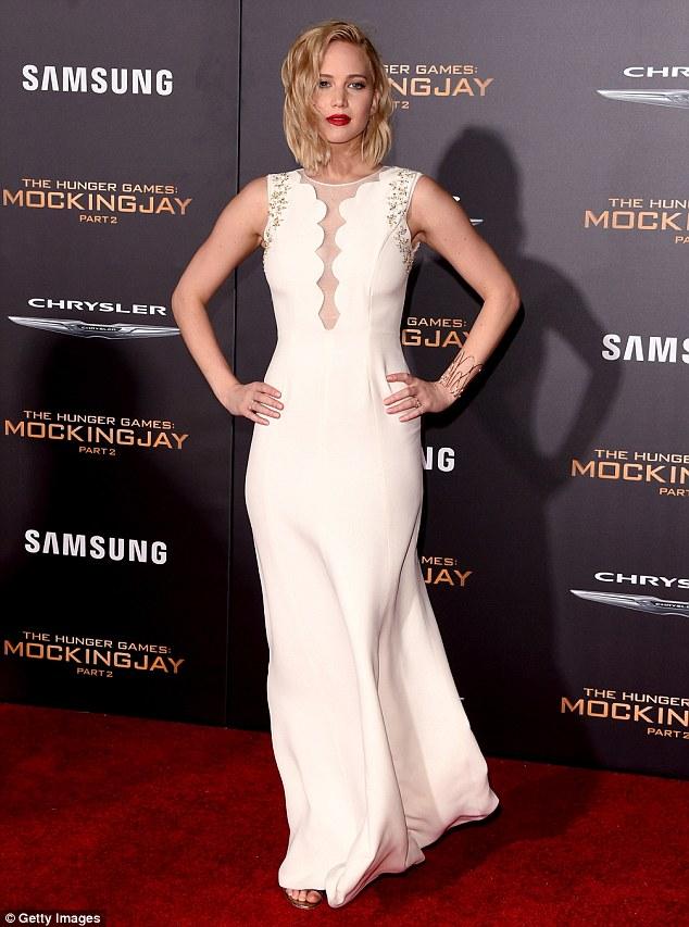 """Đả nữ """"Hunger Games"""" phóng khoáng trên thảm đỏ lễ ra mắt - 1"""