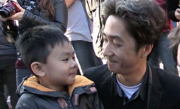 Khủng bố ở Paris: Cha con gốc Việt khiến nhiều người bật khóc - 3