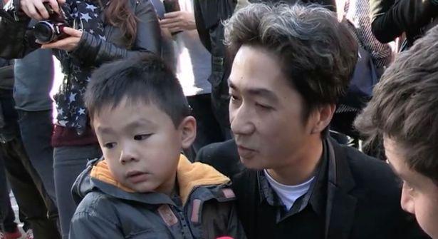 Khủng bố ở Paris: Cha con gốc Việt khiến nhiều người bật khóc - 1