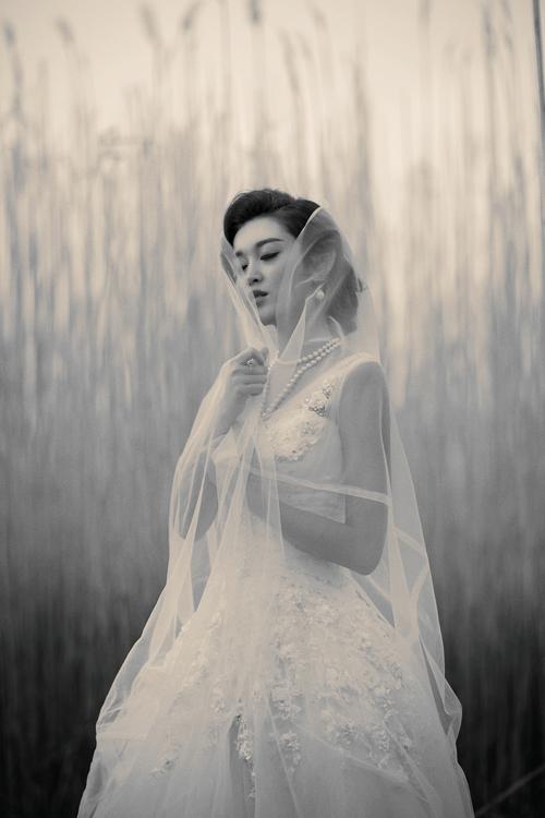 Á hậu Huyền My gợi cảm với váy cưới ở trời Tây - 13