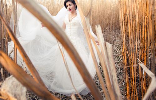 Á hậu Huyền My gợi cảm với váy cưới ở trời Tây - 14