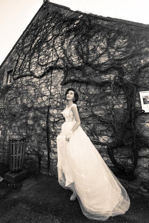 Á hậu Huyền My gợi cảm với váy cưới ở trời Tây - 7