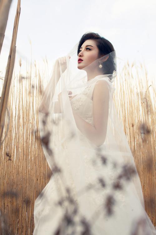 Á hậu Huyền My gợi cảm với váy cưới ở trời Tây - 12