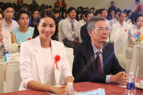 HH Phạm Hương tặng 3.000 cuốn sách khởi nghiệp cho SV - 1