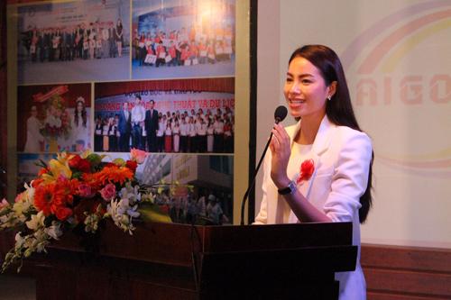 HH Phạm Hương tặng 3.000 cuốn sách khởi nghiệp cho SV - 2