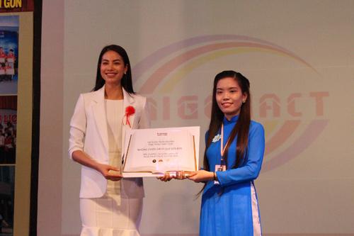 HH Phạm Hương tặng 3.000 cuốn sách khởi nghiệp cho SV - 3