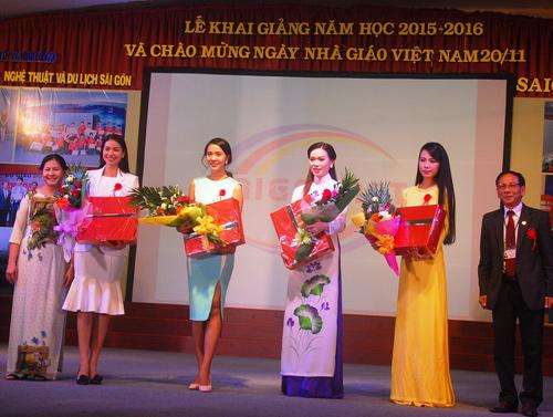HH Phạm Hương tặng 3.000 cuốn sách khởi nghiệp cho SV - 4