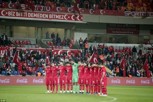 Sốc: Fan Thổ Nhĩ Kỳ ủng hộ IS trong 1 phút mặc niệm - 1