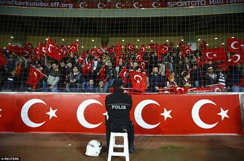 Sốc: Fan Thổ Nhĩ Kỳ ủng hộ IS trong 1 phút mặc niệm - 2