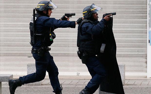 Cảnh sát đấu súng một mất một còn với khủng bố Paris - 1