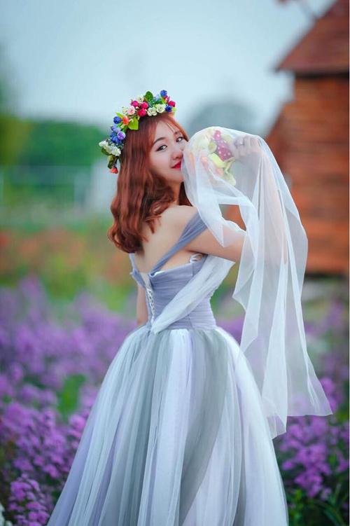 Nữ sinh mơ màng giữa cánh đồng lưu ly tuyệt đẹp - 2
