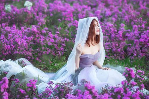 Nữ sinh mơ màng giữa cánh đồng lưu ly tuyệt đẹp - 7